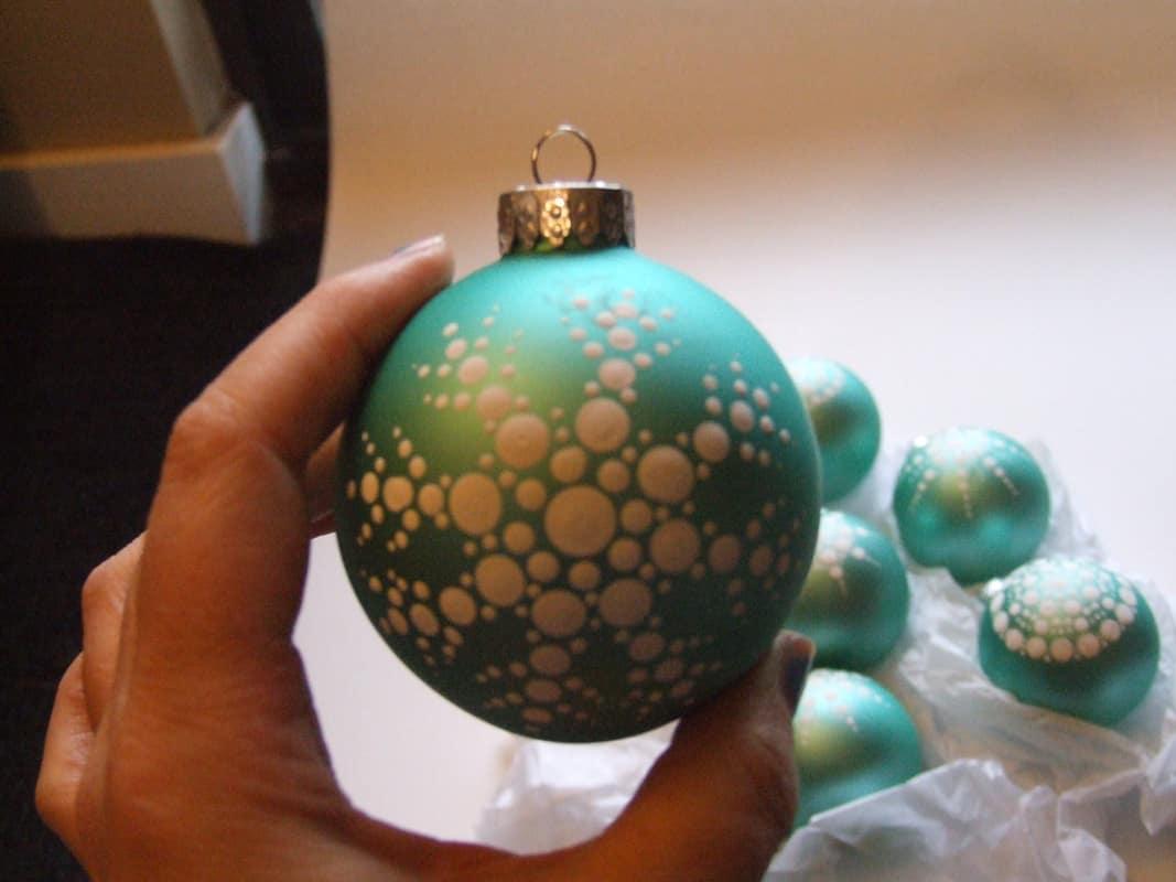 Puntillismo en bolas decorativas de navidad.
